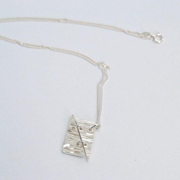 Fijn hangertje met gehamerde driehoeken