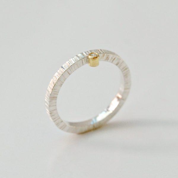 Fijne ring met lijntjes en diamant