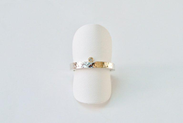 Gehamerde fijne ring met diamant