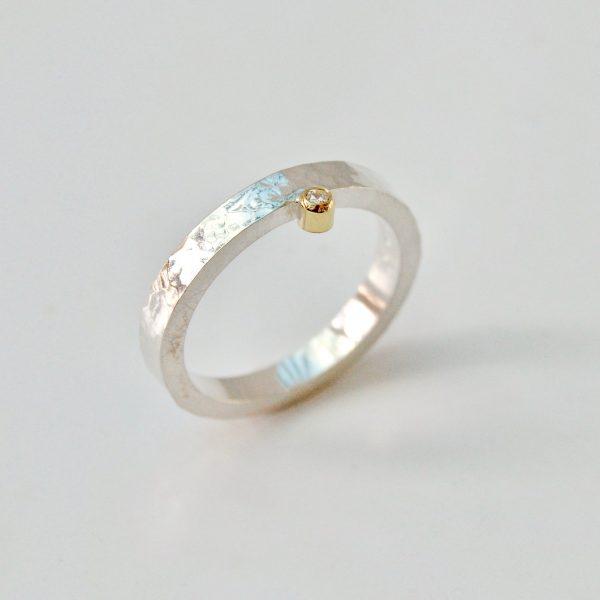 Gehamerde fijne ring met en diamant