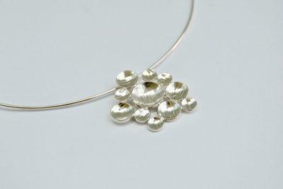 Zilveren hanger met gehamerde kuipjes