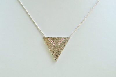 Driehoekige hanger met roze zirkonen