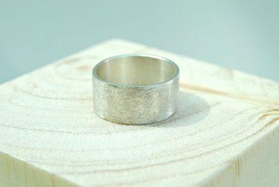 Geborstelde ring met ijsstructuur