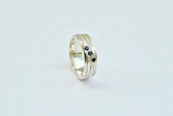 Ring met lijntjesstructuur en saffier