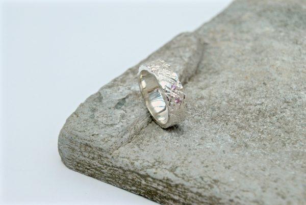 Ring met lijntjesstructuur en roze zirkonen