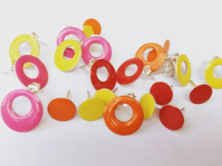 gekleurde oorbellen emaille