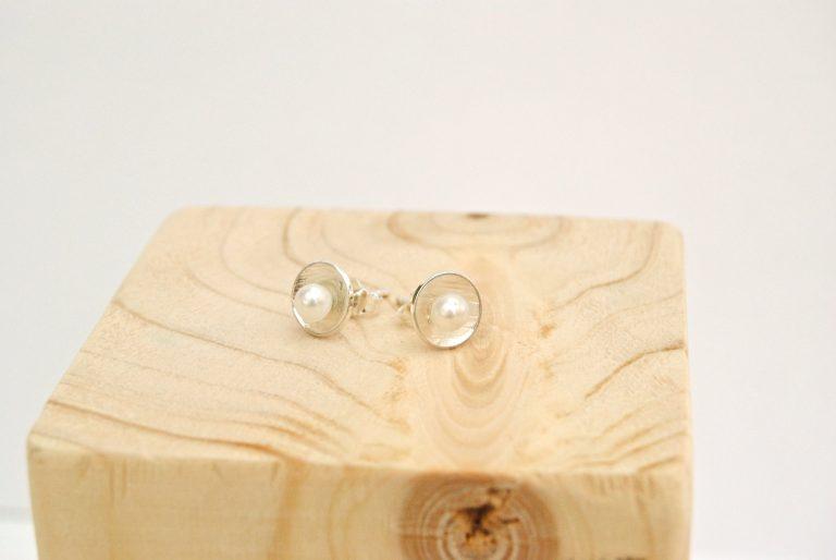 pearl piccolo witte zoetwaterparelOorstekers met witte zoetwaterparel