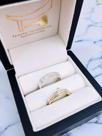 Trouwringen met lijntjes in goud en diamant