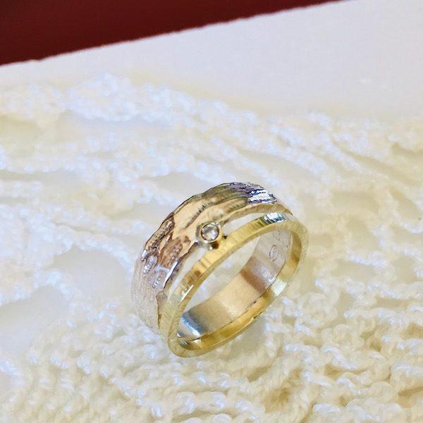 Structuurring met geel goud en diamant