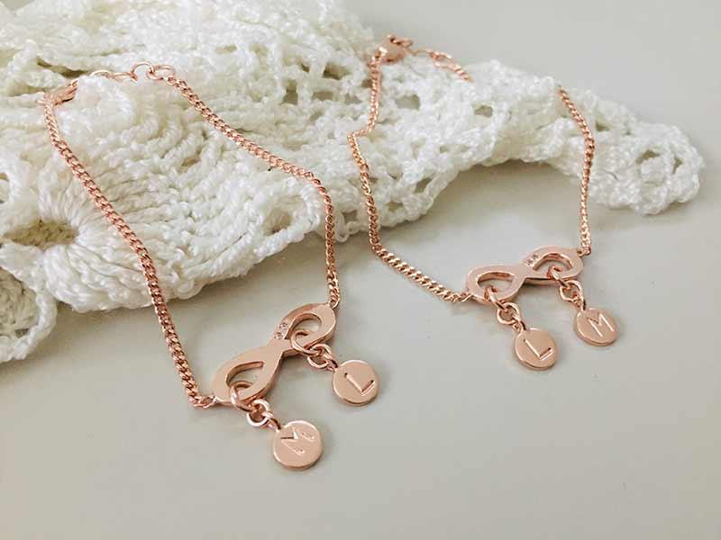 Armbanden oneindigheidsteken en initialen